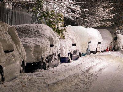 Este espectacular vídeo te cuenta qué puede ocurrir si llevas nieve acumulada sobre el coche, y no es bueno