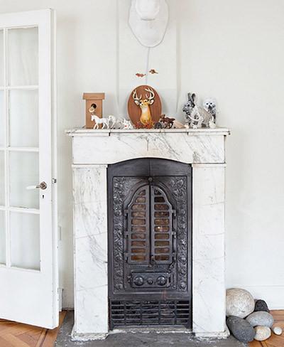Chimenea de mármol con puertas de hierro