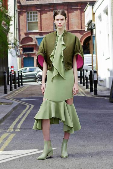 La Cruise Collection de Givenchy apuesta por los boleros y los faralaes con un street style londinense