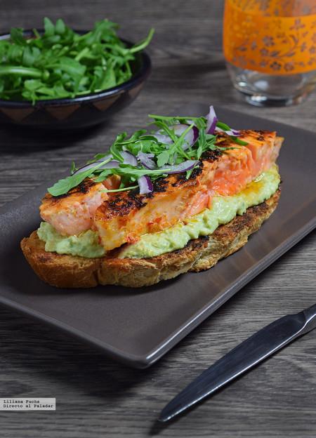 tosta de salmón picante con crema de aguacate y queso de cabra