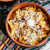 Chilaquiles rojos de huevo con chorizo. Receta mexicana fácil
