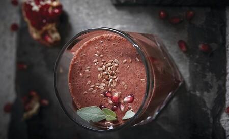Smoothie saludable de granada que te ayudará a mantener una dieta balanceada y te llenará de energía