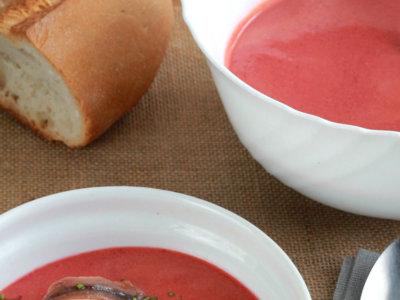 Gazpacho de cerezas con queso y anchoas. Receta refrescante de verano