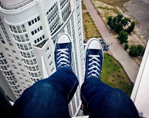 Los 'roofers' que se juegan la vida para fotografiarse en la cima de los rascacielos