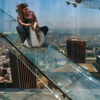 Imagina deslizarte por un tobogán de cristal a 300 metros de altura