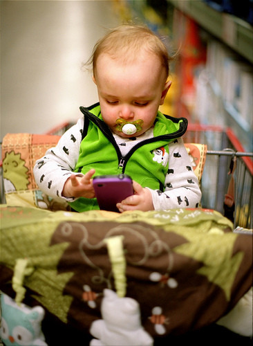 Las nuevas niñeras: alertan sobre el riesgo de uso de smartphones en bebés y niños