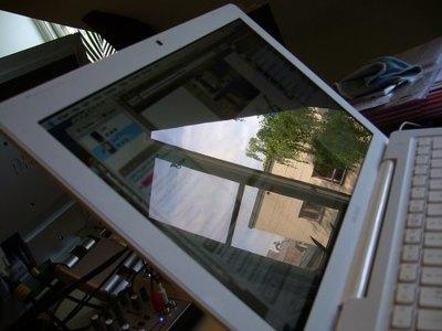 Los reflejos en las pantallas glossy pueden provocar lesiones