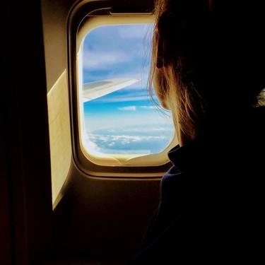 Suben dos y bajan tres: una mujer da a luz durante un vuelo, con ayuda de su esposo médico y el personal del avión