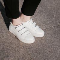 Las zapatillas blancas se presentan con velcro, ¡nueva tendencia al canto!