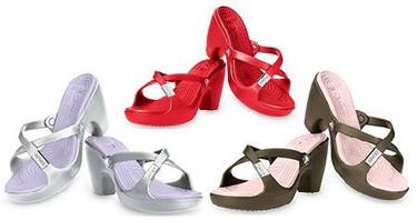 ¡Más zapatos horribles: crocs con tacones!