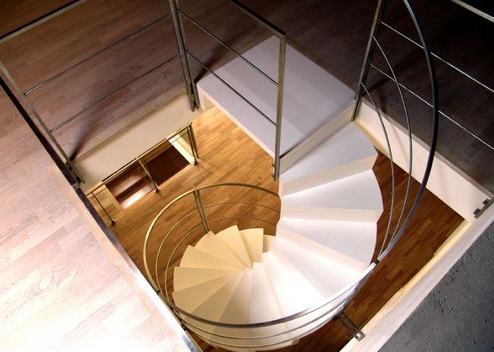27 propuestas para reinventar una vivienda reformando las for Como decorar una escalera de caracol