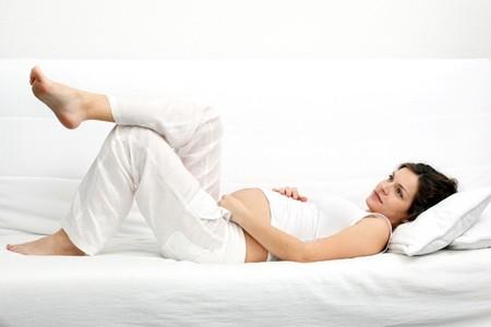 Tumbada en el embarazo