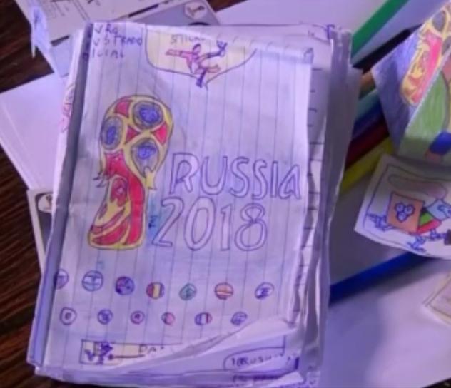 Un niño de ocho años fabrica su propio álbum de cromos del mundial, dándonos a todos una gran lección de superación y creatividad