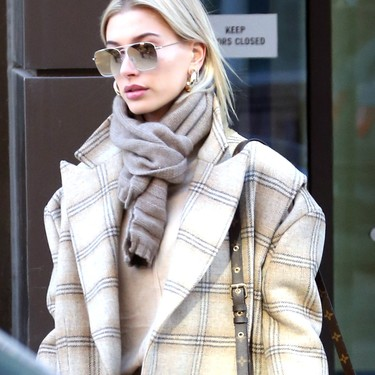 Así luce Hailey Baldwin los tonos neutros para combatir el frío extremo con estilo