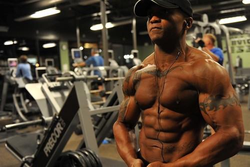 Di adiós a los crunches abdominales: cinco ejercicios con poleas y kettlebells para un abdomen de hierro