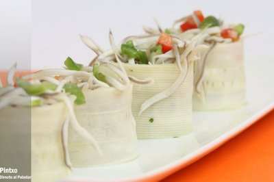 Rollitos de calabacín con gulas en vinagreta. Receta