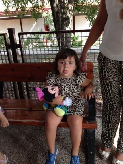 La foto de tu bebé: Blanca va al cole con su muñeca y vestida como mamá