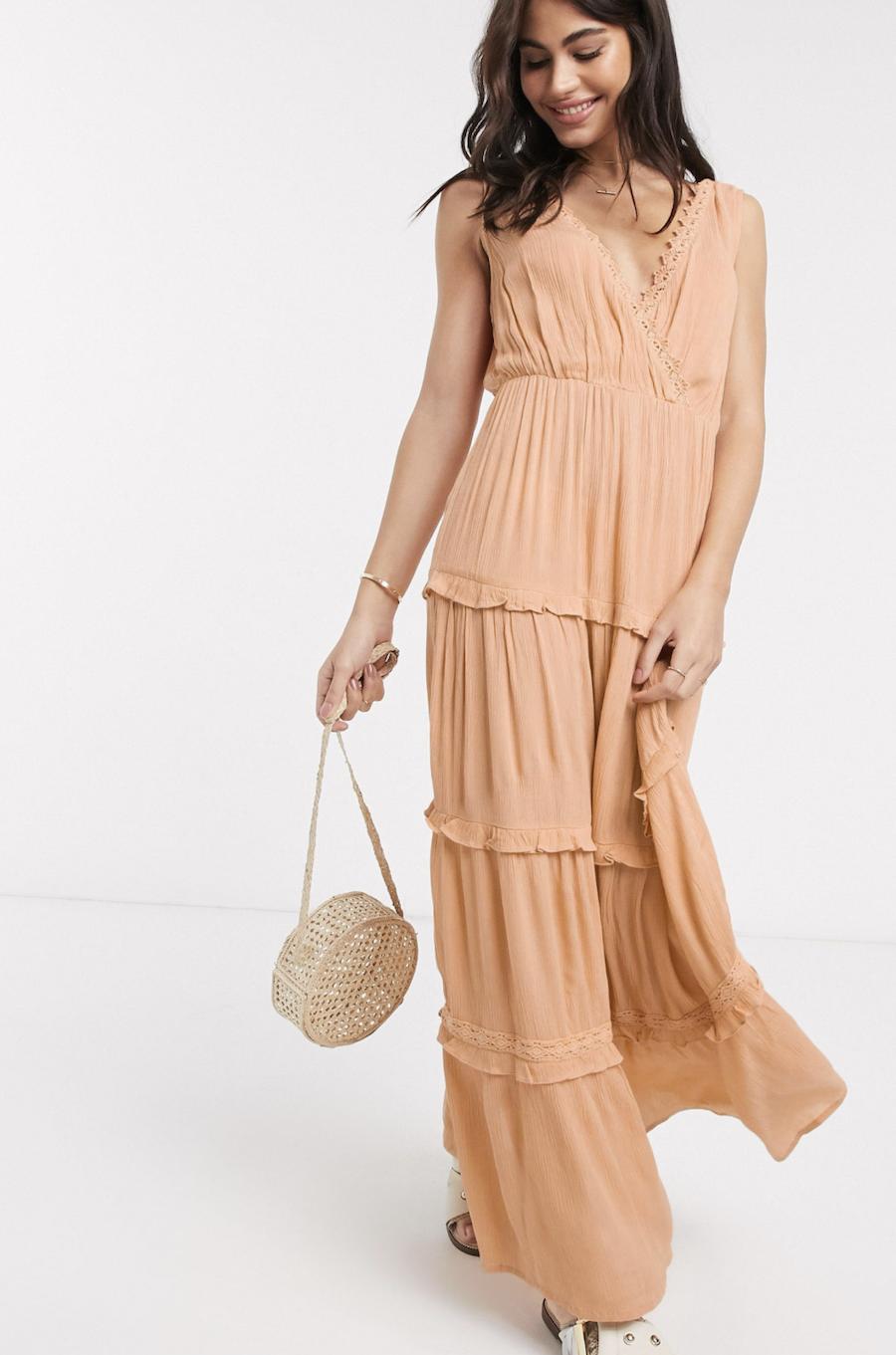Vestido largo sin mangas con diseño arrugado a capas y aplicaciones de encaje en color melocotón de ASOS DESIGN