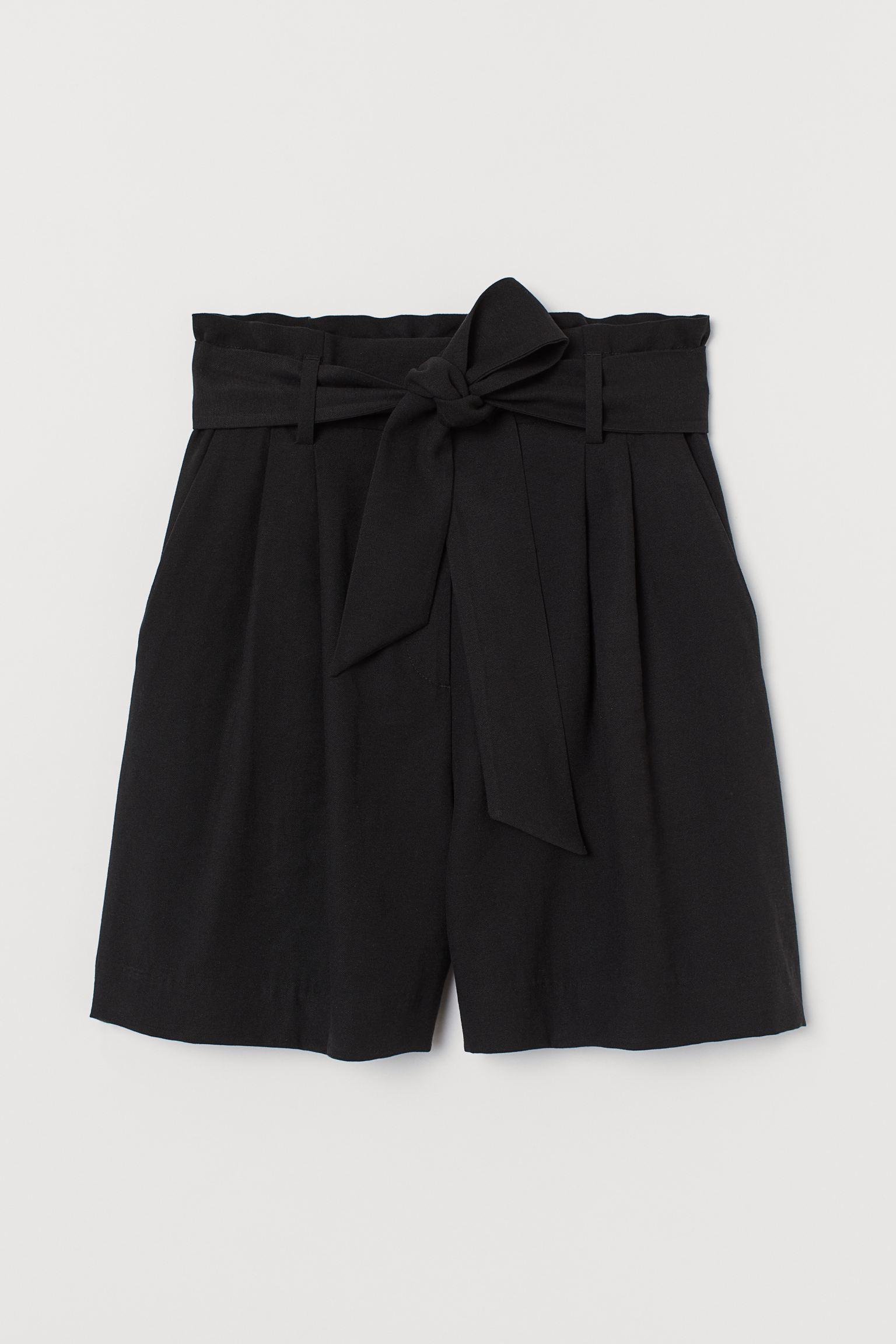 Bermuda con cinturón en negro