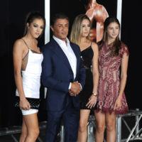 ¿Es James Bond? No, es Sylvester rodeado por las chicas Stallone