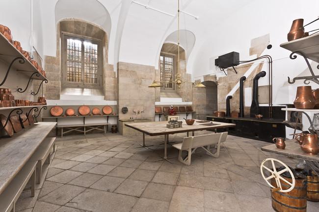 Cocina Del Ramillete O De La Reposteria Con Vasares Del Reinado De Isabel Ii Y En El Centro Gran Mesa De Alamo Negro De Aranjuez De 1884