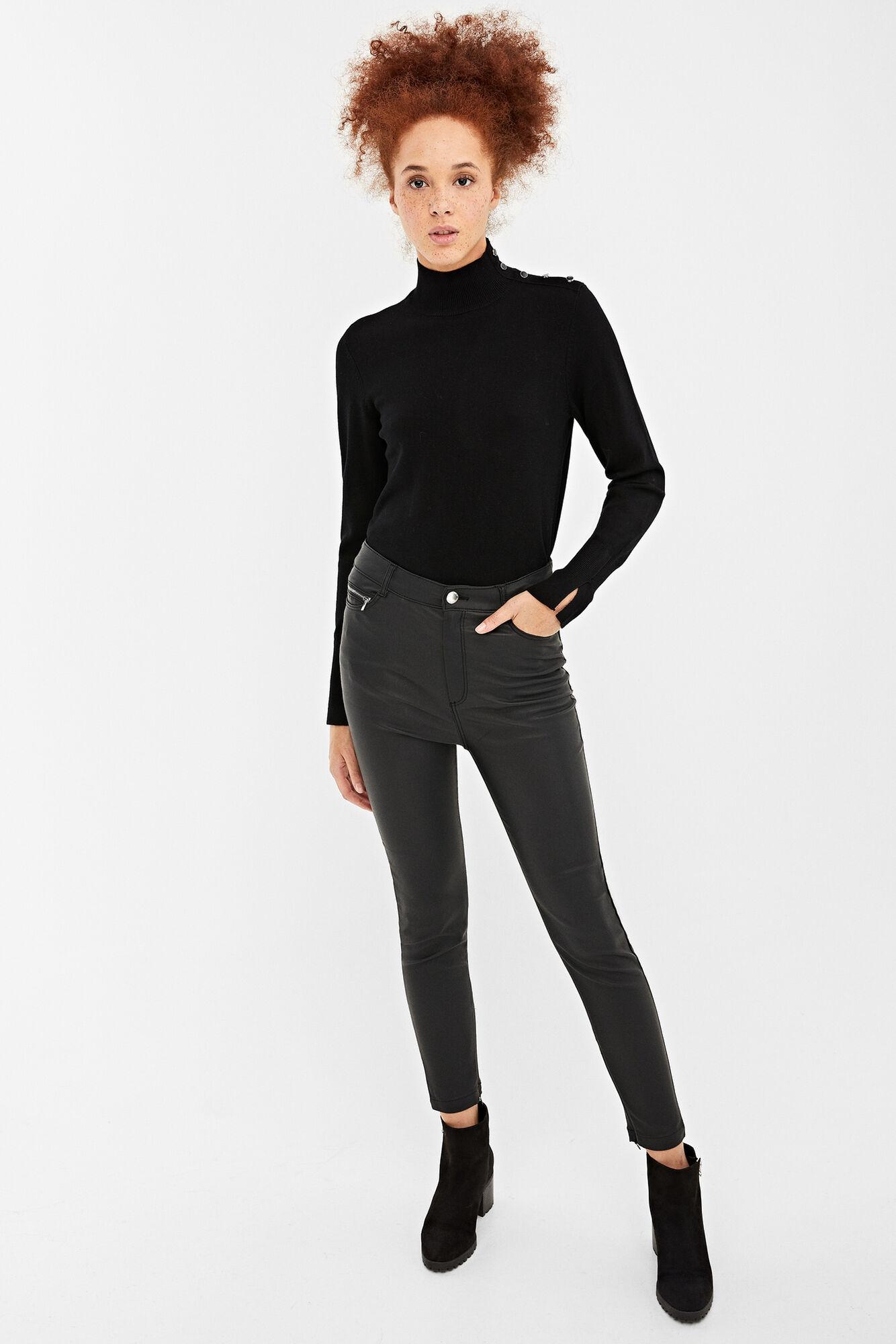 Pantalón con bolsillos en la parte delantera y trasera, con detalle de cremallera metálica en la parte delantera.