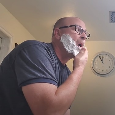 """""""Papá, ¿cómo lo hago?"""": tutoriales padre-hijos para niños que crecen sin padre: afeitarse, ponerse una corbata..."""