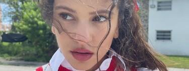 Con un gran lazo rojo en el pelo, Rosalía se inspira en su infancia para su último look