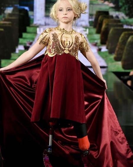 Tiene nueve años, ambas piernas amputadas y cumplió su sueño de desfilar en la New York Fashion Week