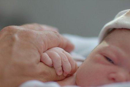 La foto de tu bebé: Claudia y la mano de su abuelo