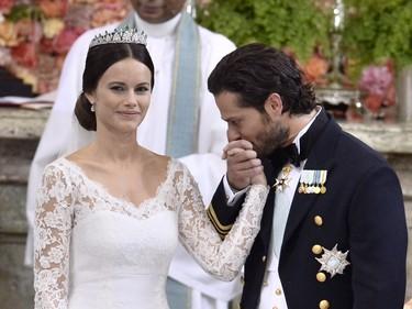 Boda de Suecia: el vestido de novia de Sofia Hellqvist tiene sabor español