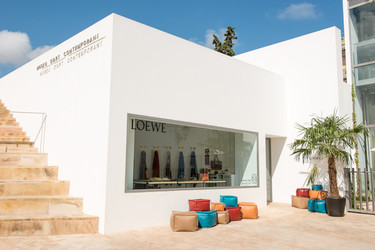 Ibiza sigue siendo el destino de verano al que nadie quiere faltar, Loewe tampoco se queda atrás e instala shop veraniega