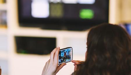 Un 80% de los españoles usa el móvil mientras la televisión y el tablet sale perdiendo