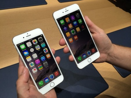 the-iphone-6-left-has-a-47-inch-screen-the-iphone-6-plus-right-has-a-55-inch-screen.jpg