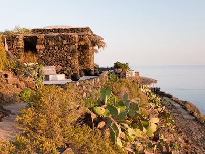 Nada es lo que parece: una casa encantadora escondida tras unos muros de piedra arcaicos