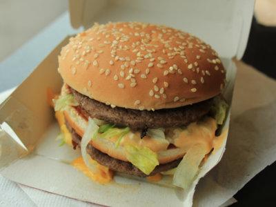 Obesidad infantil: Chile prohíbe ofrecer juguetes con alimentos no saludables