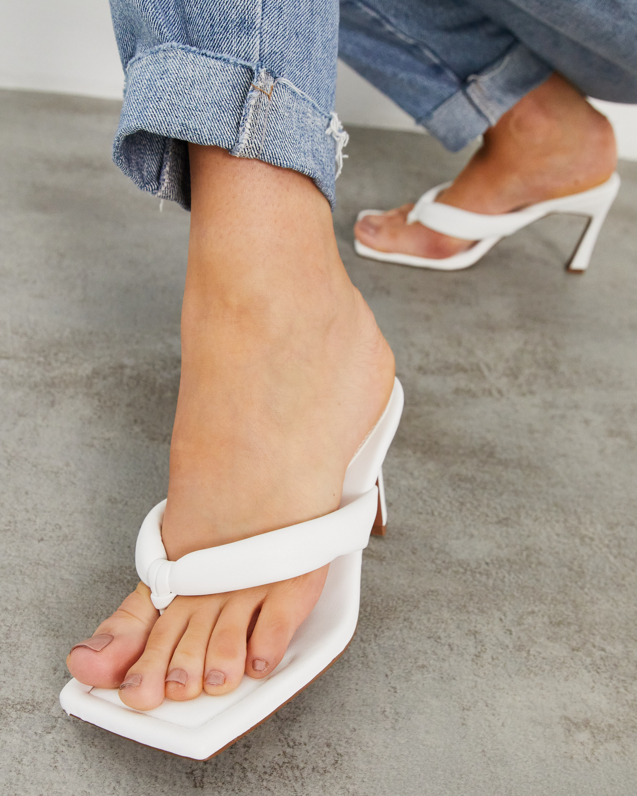 Sandalias de tacón blancas con tira para el dedo acolchada