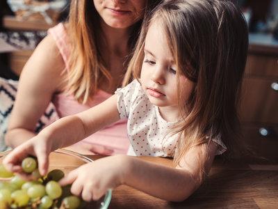 Una madre comparte la asombrosa radiografía de su hijo de 5 años tras atragantarse con una uva
