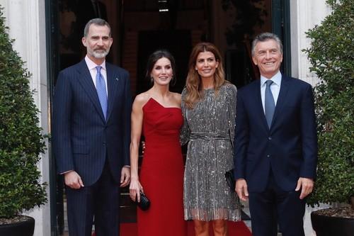 Doña Letizia nos deja claro que el rojo es su color con este fabuloso lookazo