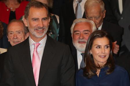 Doña Letizia le copia el look a Mary de Dinamarca con la perfecta falda de invitada