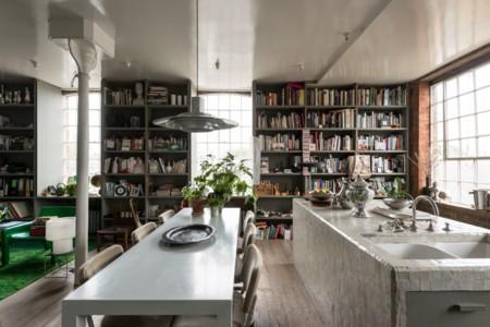 Un piso en un antiguo almacén victoriano con los libros como protagonistas