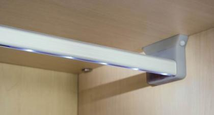 Tres maneras de iluminar el interior de tu armario sin - Focos de pared interior ...