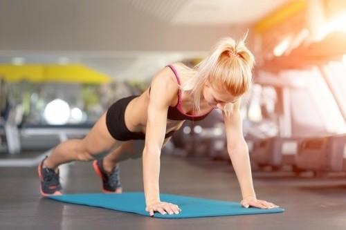 Empezando a entrenar en el gimnasio: Siete ejercicio básicos para hacer desde el primer día