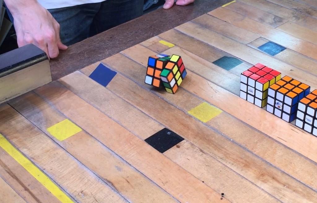 Este cubo de Rubik se resuelve a si mismo, gracias a un puñado de motores y un Arduino