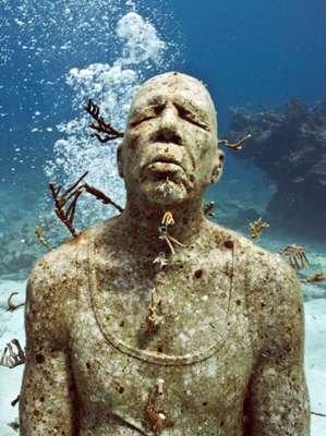 Buceando entre estatuas submarinas