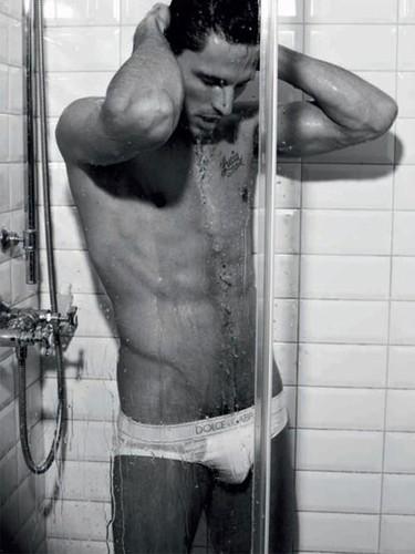 Andrés Velencoso se mete en la ducha para Dolce & Gabbana Uomini