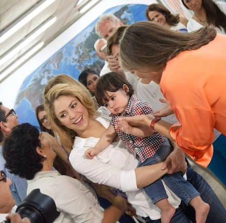 """Milan Piqué, un """"colombianito"""" que inaugura colegios con su mami"""