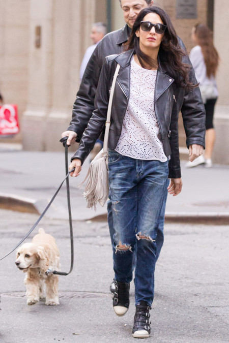 Amal Clooney cazadora jeans rotos