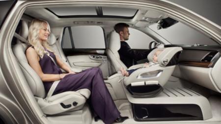Volvo elimina el asiento del pasajero para colocar una lujosa silla para el bebé