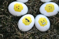 Los huevos de Pascua más divertidos, decorados por ti con caritas de LEGO